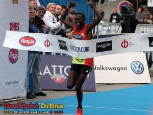 Keňan Daniel Chebii protíná cílovou pásku budějckého Půlmaratonu