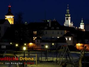 Noční pohled na Černou věž a radnici se Sokolského ostrova