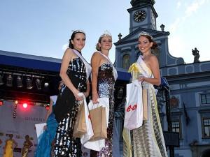 Tři nejkrásnější Maturantky Roku 2012 - uprostřed vítězka Gabriela Fialová, vpravo druhá Tereza Zunová a vlevo bronzová Michaela Jirásková