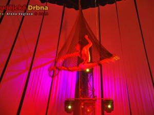 Laura při akrobacii v síti