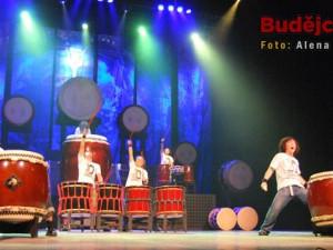 Hru na bubny doprovázelo i divadlo