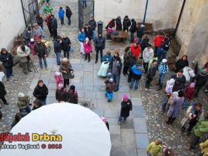 Dvorek Galerie Pod kamennou žábou se pomalu plnil