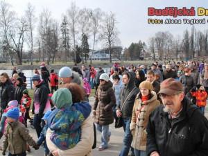 Vynášení zimy z města se zúčastnilo hodně Budějčáků