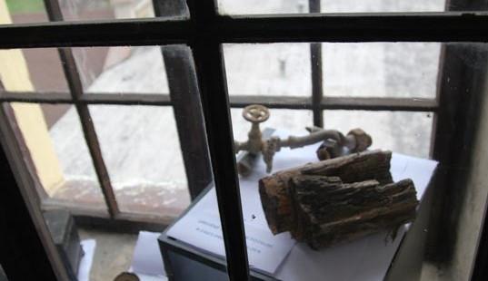 Kousek z dřevěného potrubí, které se dřív používalo