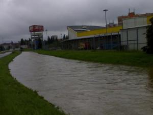 Dobrovodský potok se změnil v malou říčku. Foto Carlos Cbcarlos