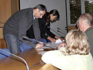 Hejtman podepisuje vyhlášení stavu nebezpečí