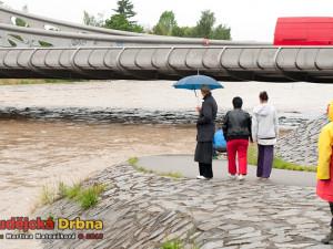 Budějčáci sledují potopu u Dlouhého mostu
