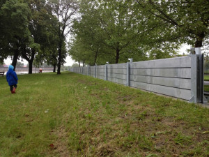 Protipovodňová stěna už je nainstalována na Jiráskově nábřeží. Foto Wolenby