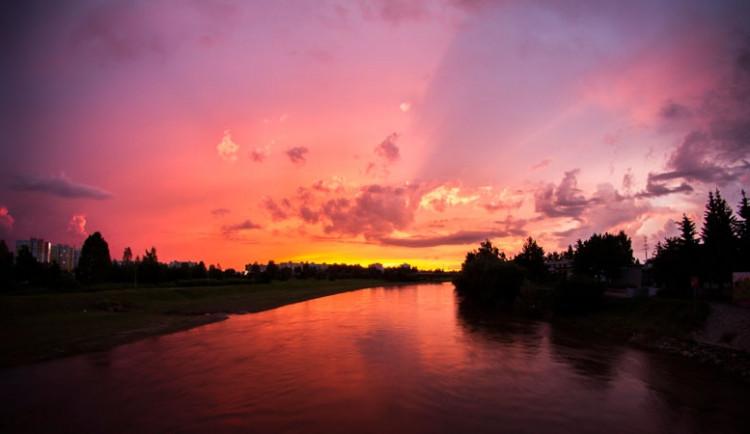 Západ slunce z Pražského sídliště. Foto Libor Fousek