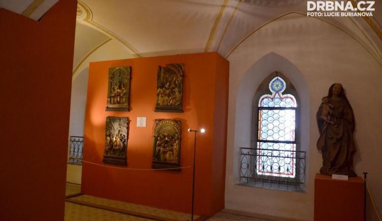Expozici podrthuje jednoduchost prezentace výtvarných artefaktů