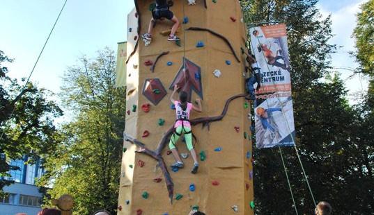 Pro děti byla přichystána lezecká stěna