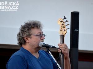 Koncert skupiny Hop Trop na pivovarském dvoře 1. českobudějovického minipivovaru Kněžínek
