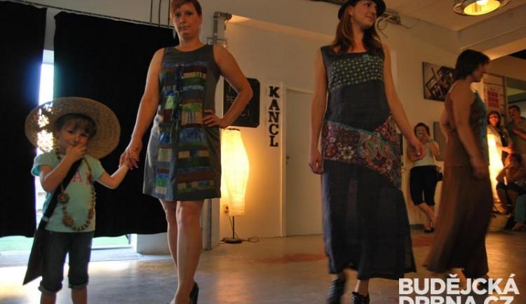 Součástí vernisáže výstavy patchworku byla i módní přehlídka