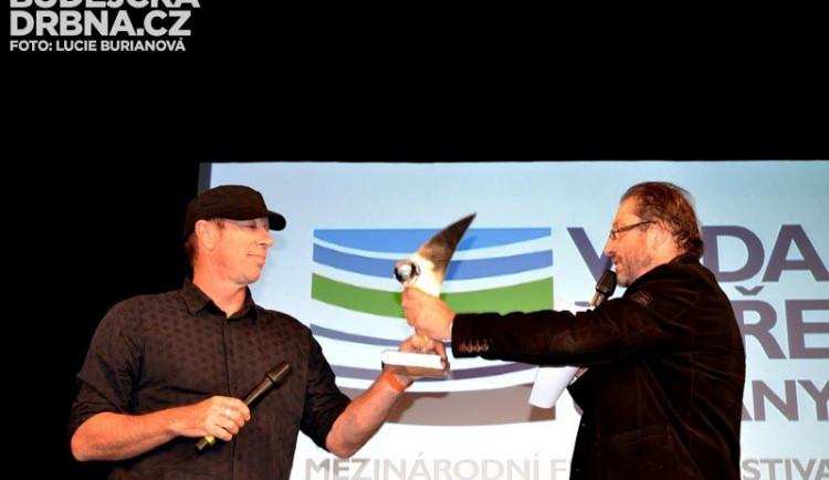 Steve Lichtag předává hlavní cenu MFF Davidu Hannanovi