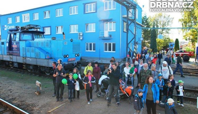 V Depu lidé čekali na příjezd vlaku, aby pokračovali dál