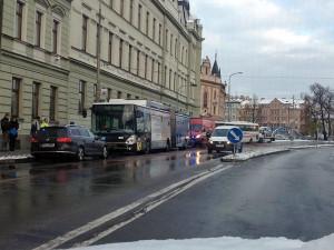 Srážka autobusu, trolejbusu a osobního automobilu na Lidické. Foto Martina Matoušková