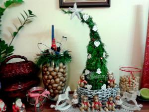 Dekorační stromeček vytvořený z ořezu větví, medvídci z ořechů a hvězda z novin. Soutěží Dagmar Hrůšová