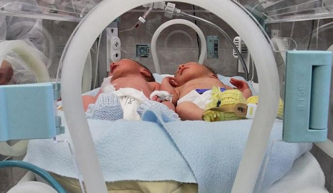 Deniel a Dominik (zprava) Fošumovi z Římova jsou prvními jihočeskými miminky roku 2014
