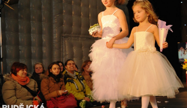 Holčičky si užily svou první zkoušku svatebních šatů
