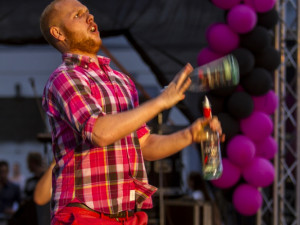 Barman Eda Mertl při finále Maturantky Roku