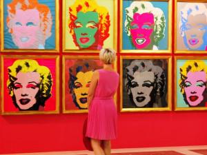 Návštěvníci výstavy Andyho Warhola barevně ladili