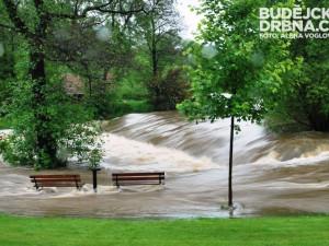 Splav u kaplického parku při povodních