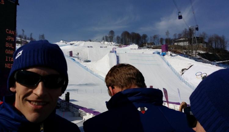 Skokan na lyžích Jan Matura na závodě ženského snowboardcrossu