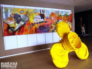 Vchod zdobí dílo Vladimíra Větrovského