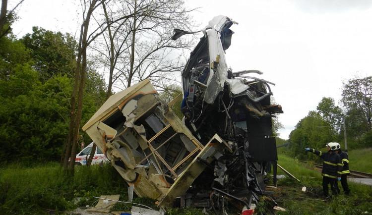 Srážka autobusu a osobního vlaku u Hluboké