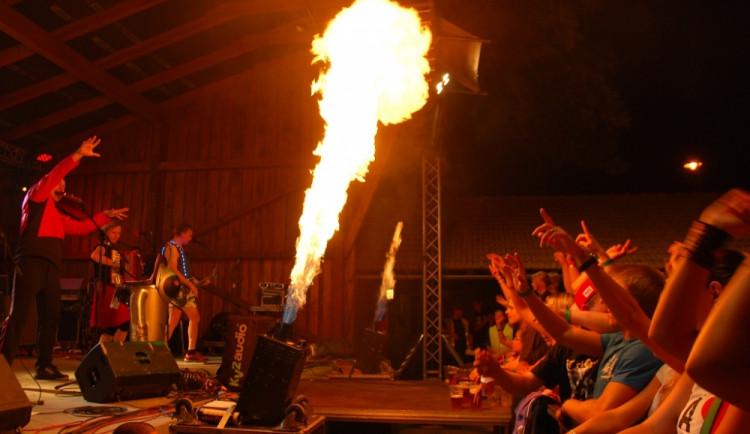 Dojem z koncertu umocňovala i ohňová show