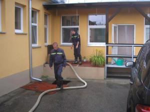 Dobrovolní hasiči z Jankova v akci po pondělní bouři. Foto Jarda Hovorka