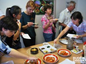 Připravena byla ochutnávka kimchi, tofu, polévky, špenátu i sladkostí