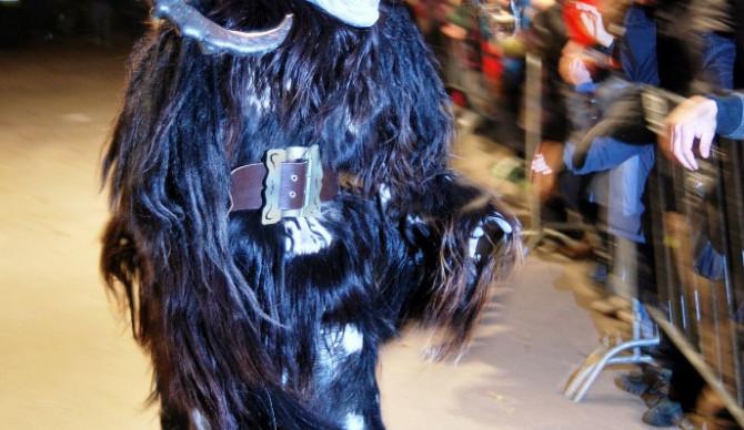I přes náročné pohybování se v těžkých maskách krampusáci neskutečně dovádějí