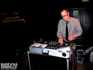 DJ Standokan pokračoval po kapele ve skvělé electroswingové párty
