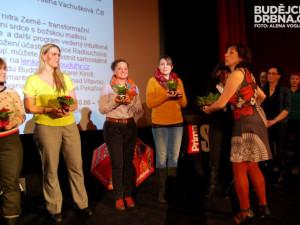 Paní ředitelka Svatava Kopečková rozdávala květiny