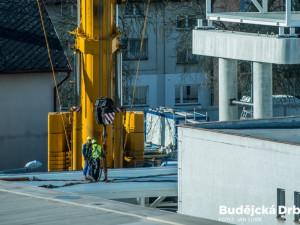 Instalace tubusu lávky Budvaru přes Kněžkodvorskou ulici