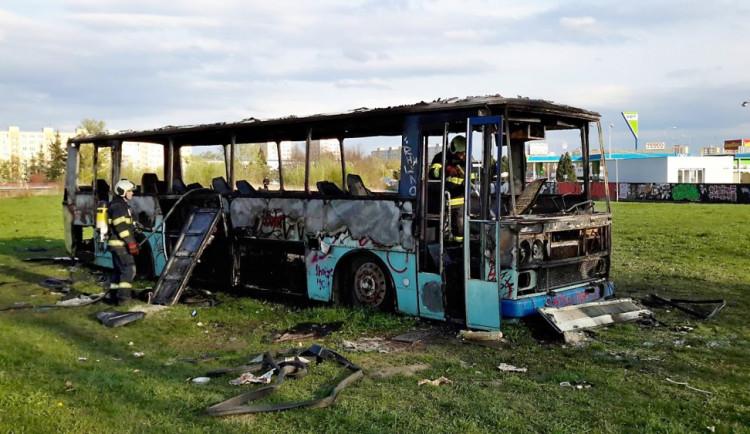 Požár vraku autobusu na louce u Vltavy v Českých Budějovicích