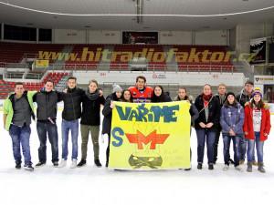 Na utkání přišli fandit studenti SŠ a VOŠ cestovního ruchu v Českých Budějovicích. Po zápase se s nimi přišel vyfotit Roman Vráblík