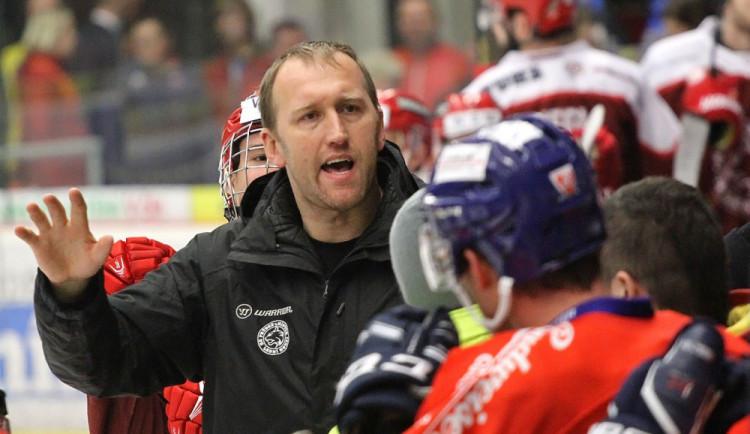 Frýdeckomístecký trenér Marek Malík, hokejista s bohatými zkušenostmi z NHL, během zápasu jen těžko držel emoce na uzdě
