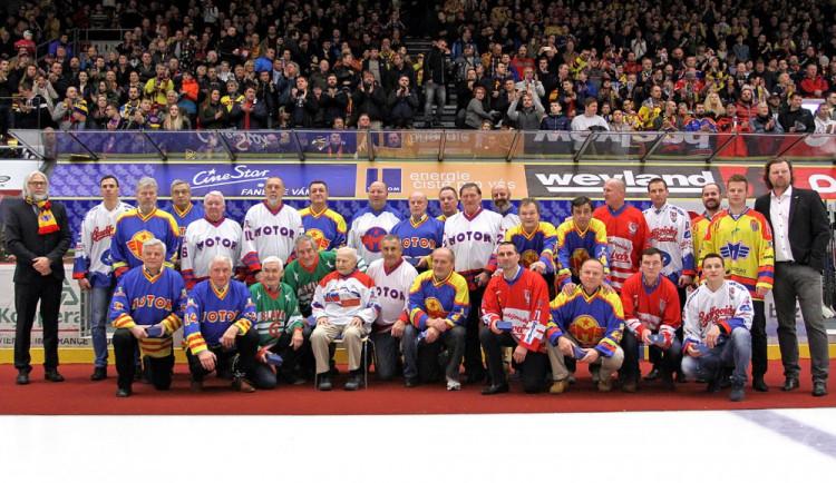 Oslavy 90 let od založení českobudějovického hokejového klubu se zúčastnilo 30 hráčů, kteří odehráli v dresu jihočeského celku minimálně deset sezon (na snímku chybí Lukáš Květoň, který odešel do kabiny)
