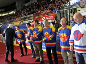 Nejstaršímu žijícímu ligovému hokejistovi, sedmadevadesátiletému Václavu Lencovi, aplaudovala při slavnostním ceremionálu celá Budvar aréna