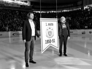 Prezident Motoru Roman Turek s generálním manažerem Stanislavem Bednaříkem nechali před úvodním buly retro zápasu ke stropu zimního stadionu vyzvednout pamětní desku připomínající historický titul ze sezony 1950/1951