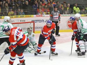 Poprvé po dlouhodobém zranění se na domácím ledě představil útočník Martin Novák (uprostřed)