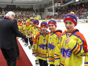 Při slavnostním ceremoniálu šéfům klubu asistovali mladí hokejisté Motoru