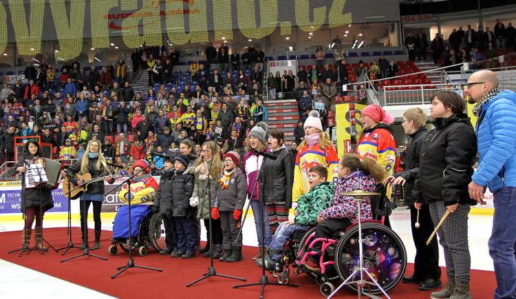 Českou hymnu zazpívali před začátkem úvodního dějství vyřazovacích bojů děti z českobudějovického centra Arpida