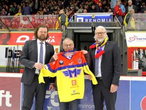 70. narozeniny oslavil minulý týden bývalý hráč Motoru Luděk Papoušek. Na českobudějovický zimní stadion zavítal poprvé od roku 1972, kdy nastoupil za místní klub naposledy
