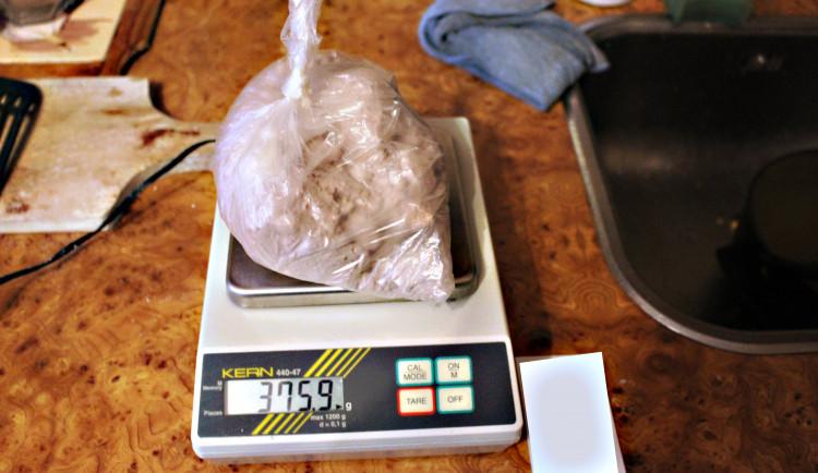 Objeveno bylo také mnoho pomůcek na výrobu drog.