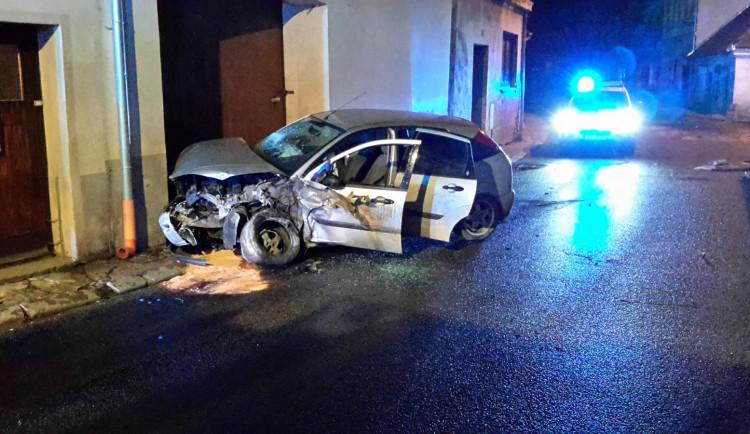 V Trhových Svinech nabouralo auto do domu.