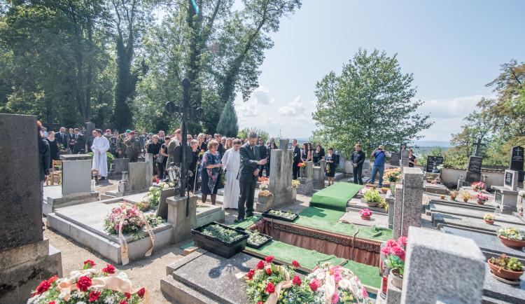 V Hluboké nad Vltavou se lidé loučili s padlým vojákem Kamilem Benešem
