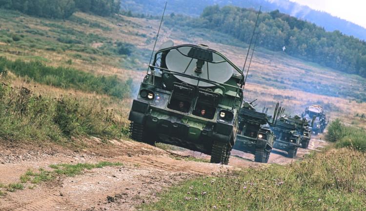 Strakoničtí vojáci procvičují v Boleticích činnosti, které předcházejí střelbě